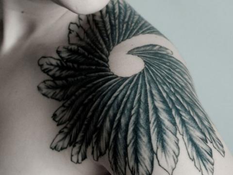 Черно-белая тату на плече в виде нескольких перьев