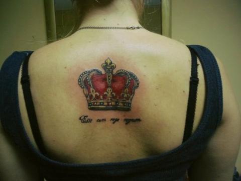 Цветная тату на спине девушки - корона