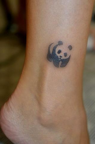 Маленькая татушка панда на ноге