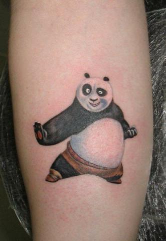 Татуировка кунфу-панда на ноге