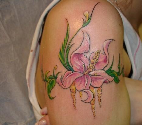 Татушка в виде цветка лилии на плече у девушки