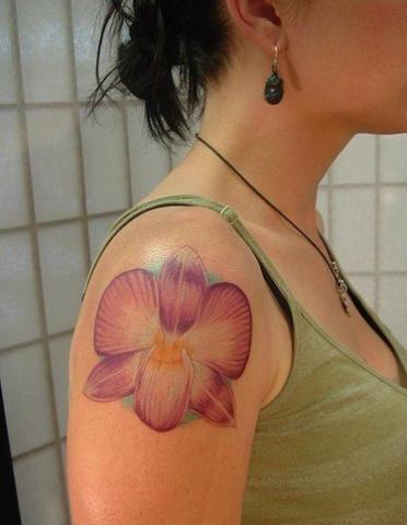 Тату для девушек цветок на плече