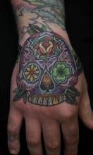 Сахарный череп с цветами на кисти