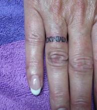 Тату надпись на пальце правой руки