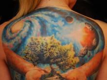 Большая тату на спине девушки с изображением дерева