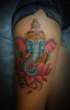 Цветная тату на бедре девушки - слон и лотос