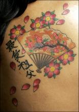 Цветная тату на лопатке девушки - сакура