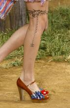 Цветная тату на ноге девушки - цепочка
