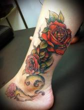 Цветная тату на ноге девушки - роза