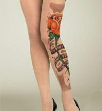 Цветная тату на ноге у девушки - колготки с розой
