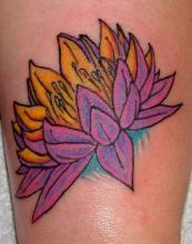 Цветная татуировка в виде лотоса