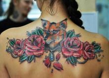 Красивая цветная тату на спине девушки - лиса и розы
