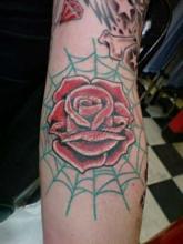 Тату паутина с розой на руке