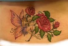 Татуировка на пояснице фея и розы