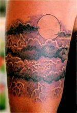 Татуировка на руке луна в облаках