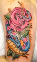 Татуировка на руке змея и роза