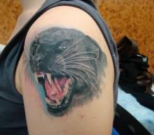 Татуировка с изображением пантеры на дереве