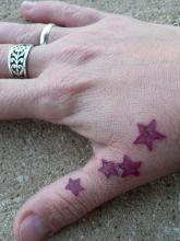 Татуировка в виде звезд