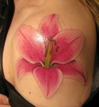 Татушка с изображением цветка розовой лилии на плече
