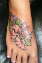 Тату для девушек цветы на ноге