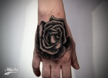 Черная роза на кисти